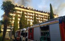 В Ялте вспыхнул пожар в санатории Минобороны РФ: огонь охватил верхние этажи здания