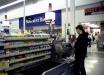Плевала и кашляла: женщина в супермаркете разозлилась на просьбу кассира и отличилась неадекватной выходкой