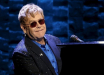 """""""Облокотился на рояль и начал плакать"""": легендарного Элтона Джона под руки вывели со сцены, кадры"""