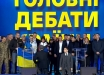 Порошенко на глазах у миллионов зрителей стал на колени перед  Таней Рычковой - вдовой героя АТО и волонтером ВСУ