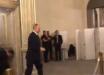 Журналист BBC показал сопровождение Путина в уборную и был немного шокирован