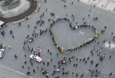 Путин, Гитлер,активисты, Чехия, поддержка, акция, флаги, Украина