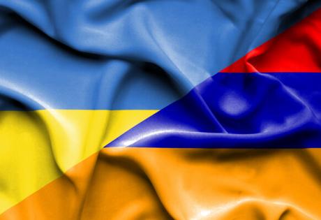 Жители Украины ответили армянским активистам, облившим посольство борщом, кадры заявления