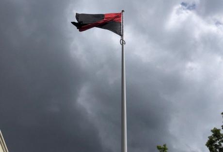 Активисты Днепра установили флагшток и подняли красно-черный флаг под зданием ОГА: репортаж с места событий