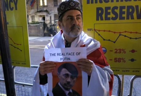 Пикет под посольством РФ в Лондоне: Путин, убирайся с Украины!