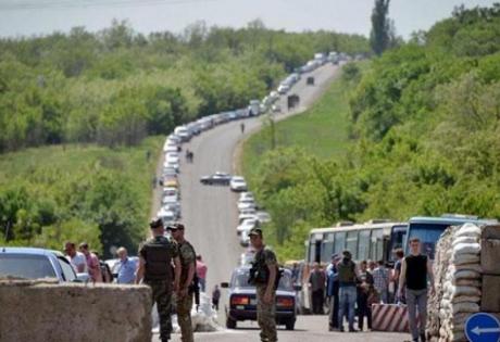 """Житель Донецка рассказал, как с боем выезжал из """"ДНР"""": """"Толпой атаковали блокпост, боевики выставили ультиматум"""""""